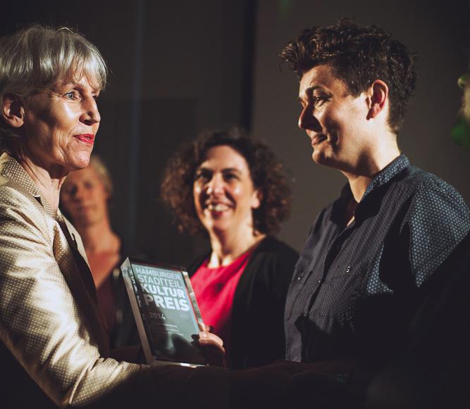 Die Kultursenatorin Prof. Barbara Kisseler überreicht den Preis an 48h Wilhelmsburg, Foto: Jo Larsson