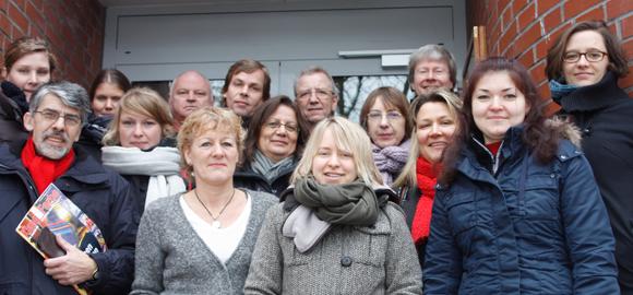 Freiwillige bei der Rundreise ins ella – Kulturhaus mit ella-Leitung Susanne Jung, Foto: Andreas Siegler