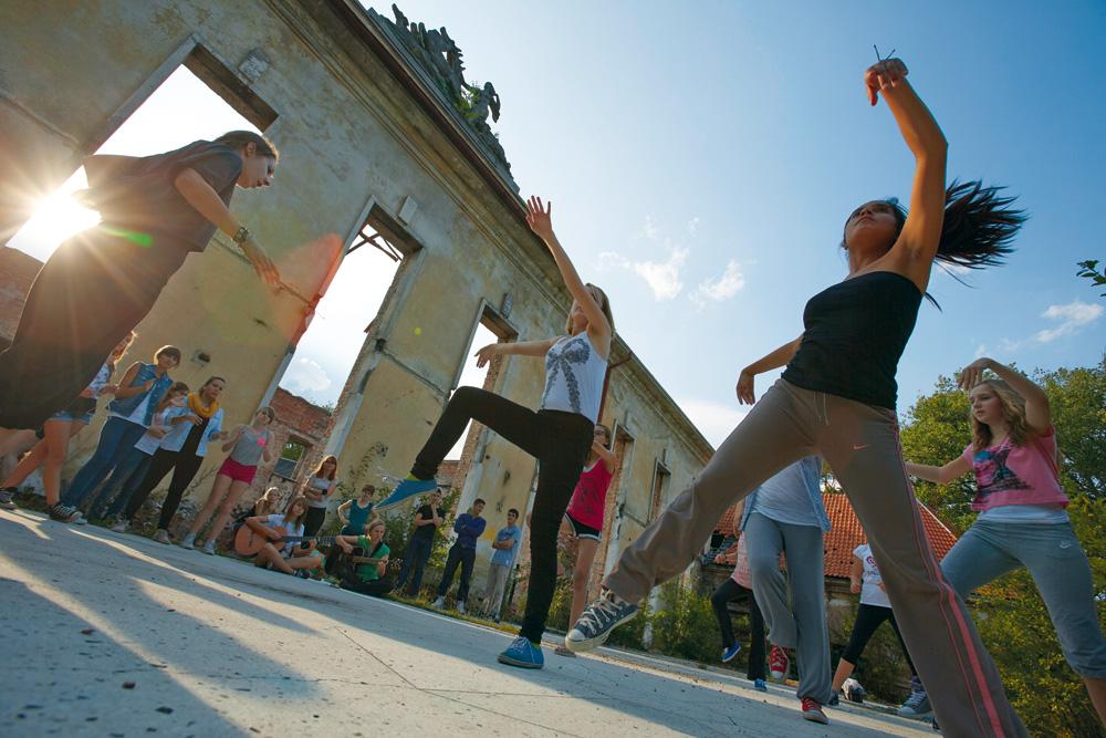 Tanzen in den Ruinen des ehemaligen deutschen Offizierscasinos in Borne Sulinowo, Foto: Marcin Oliva Soto