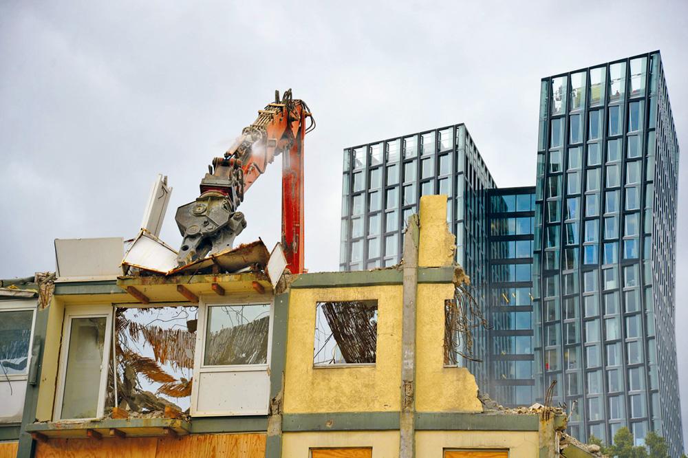 Abriss der Esso-Häuser auf St. Pauli, im Hintergrund die tanzenden Türme, Foto: Olaf Sobczak