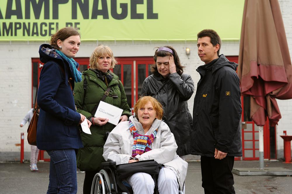Kulturgenießer und Kulturbegleiter vor Kampnagel, Foto: Lmbhh/Eibe Maleen Krebs