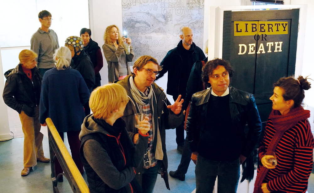 Aktuelle Kunstausstellung zum Zeitgeschehen und zu Flucht, Foto: Alles wird schön