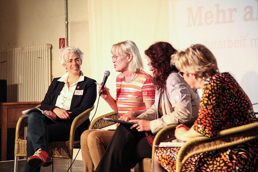 v.l.n.r.: Diskussion mit Ulle Schauws (Bündnis 90/Die Grünen), der Modera-torin Edda Rydzy, Sigrid Hupach (DIE LINKE) und Hiltrud Lotze (SPD)