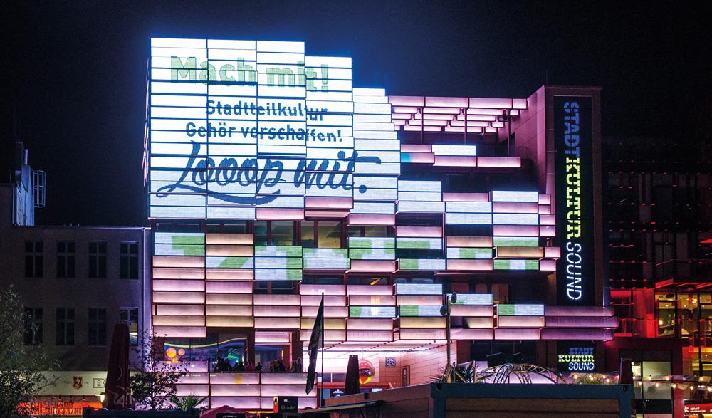 Kampagnentrailer auf der LED-Fassade des Klubhauses, Foto: Jonas Walzberg