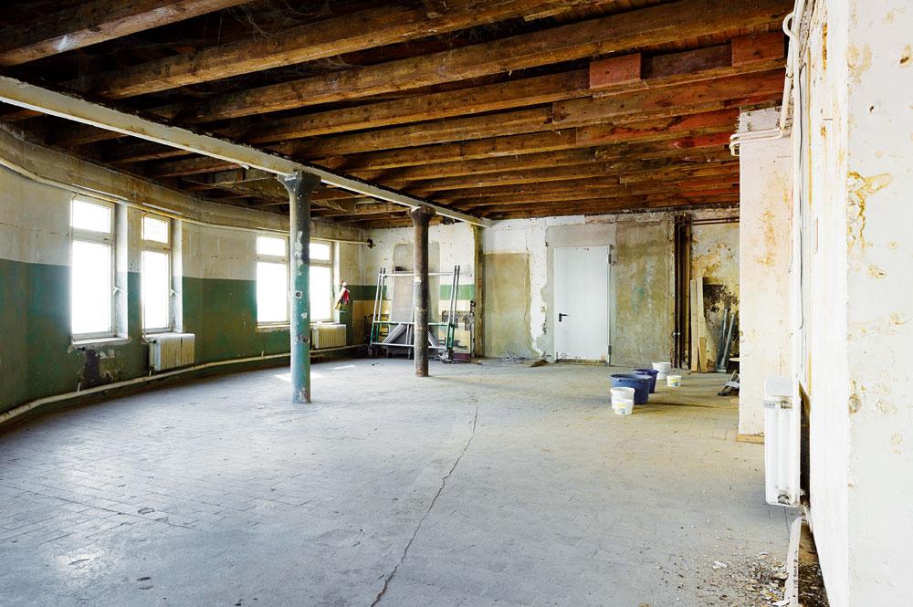 """Räume anderes nutzen: ehemalige Holz-Werkstatt beim Umbau, beherbergt jetzt den Verein LAB mit dem """"Aktiv Treff für Ältere"""", Foto: Ulrich Gerlach, MOTTE Foto-Werkstatt"""
