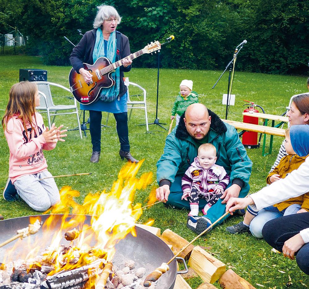 Im Grünen zwischen den Hochhäusern: Das Lagerfeuerkonzert im Mai, Fotos: Andreas Lettow