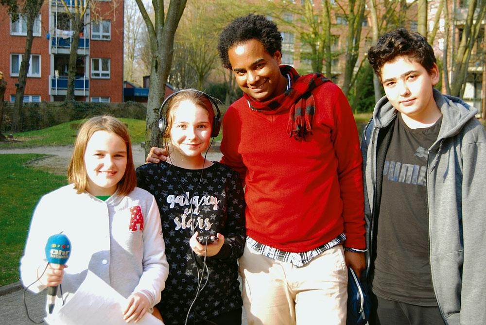 Kinderradiogruppe Osdorf im Reporter-Außeneinsatz mit dem Ohrlotsen-Medienpädagogen Yampier, Foto: Florian Jacobsen