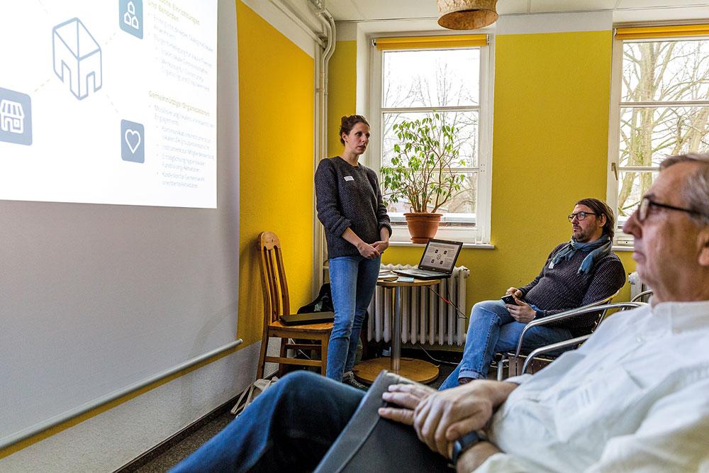 Anne Gottwald von nebenan.de – zuständig für die Organisationsprofile und Städtepartnerschaften – erläutert die Möglichkeiten der Nachbarschaftsplattform für Stadtteileinrichtungen, Foto: Miguel Ferraz