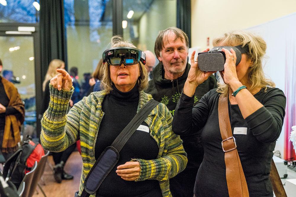 """In der Ausstellung des CSTI könnten die Teilnehmer*innen """"Smart Objects"""" selber austesten – wie hier Virtual Reality mit Hilfe einer Datenbrille, Foto: Miguel Ferraz"""