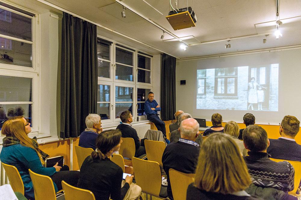 Martin Spruijt vom St. Pauli-Archiv e.V. erläutert auf dem Ratschlag das Konzept von eFoto, Foto: Miguel Ferraz