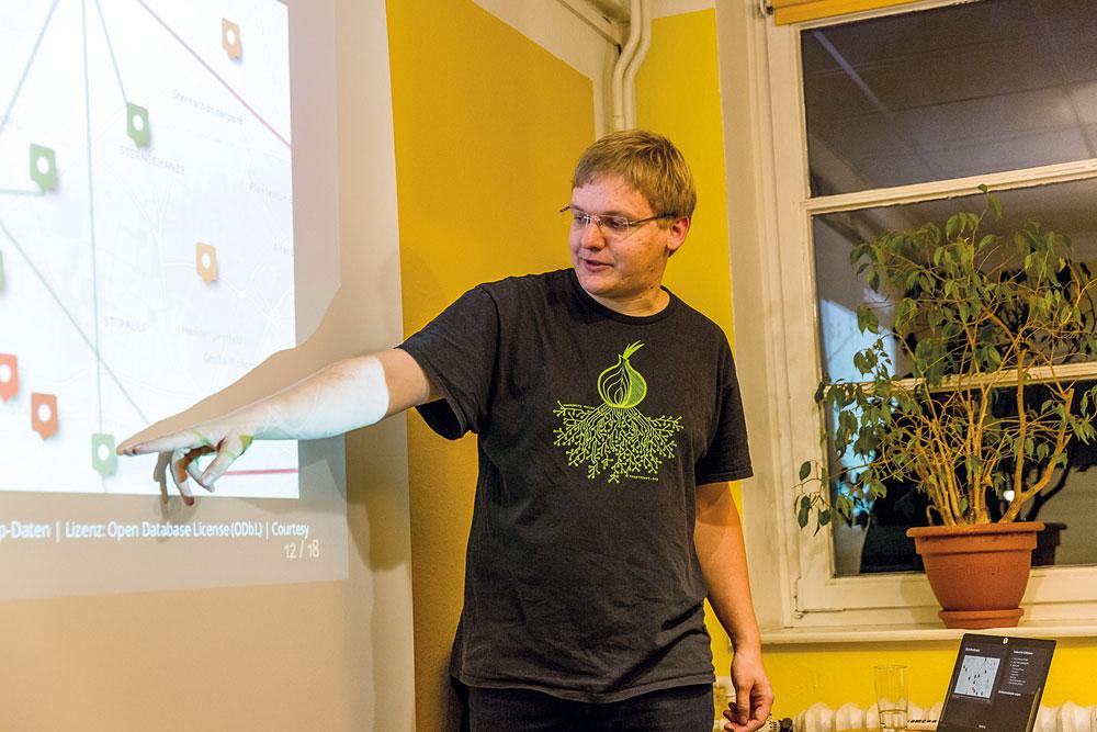 Matthias Marx von Freifunk Hamburg erläutert das Mesh-Netz, Foto: Miguel Ferraz