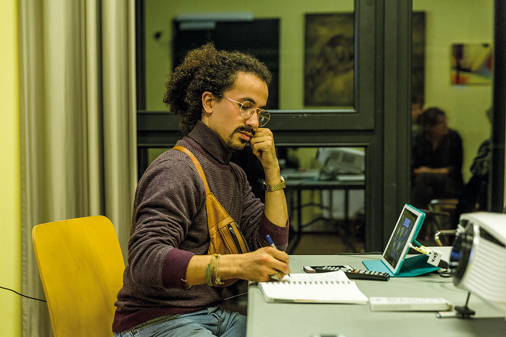 Mohammed Ghunaim notiert sich Ideen während der Session, Foto: Miguel Ferraz