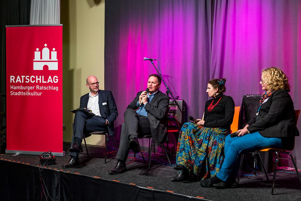 Michael Weidemann von NDR Info (links) moderiert die Diskussion zwischen Dr. Carsten Brosda, Marina Weisband und Corinne Eichner, Foto: Miguel Ferraz