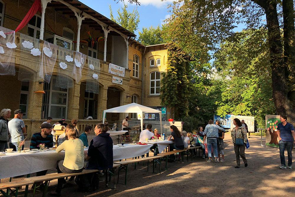 Die lange Teetafel, Foto: Kristina Timmermann, HausDrei e.V.