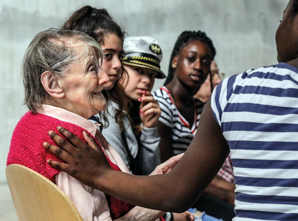 Grundschulkinder und Senior*innen singen, trommeln und improvisieren gemeinsam, Fotos: Andreas Bock